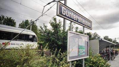 2015 erhielt die Bahnstation Guntershausen einen neuen Veloständer. Rollstuhlfahrer müssen sich hingegen noch gedulden: Barrierefrei wird sie wohl erst 2030. ((Bild: Olaf Kühne))
