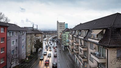 Täglich fahren 56000 Autos und Lastwagen durch die Rosengartenstrasse im Zürcher Quartier Wipkingen. (Keystone)