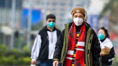 Ein Asiate schützt sich mit einer Atemmaske vor dem Coronavirus. (Bild: EPA)