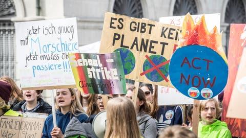 In Frauenfeld forderten am 6. April 2019 über 200 Personen einen Systemwechsel zu Gunsten des Klimaschutzes. ((Bild: Andrea Stalder))