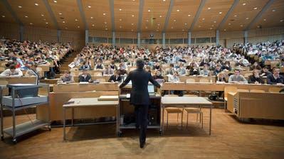 Studierende der Universität St.Gallen folgen im Hörsaal Audimax den Ausführungeneines Professors. (Gaetan Bally / KEYSTONE)