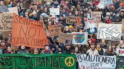 Junge Demonstranten marschieren während einer Klimademonstration durch Bern. (Keystone)