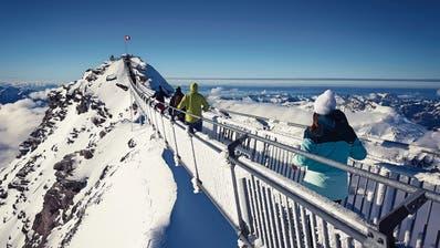 Eine 107 Meter lange Hängebrücke führt zum Gipfel des Scex Rouge. Das Panorama ist eindrücklich: Bei guter Sicht sieht man mehr als zwanzig 4000er. (Bild: Sébastian Lavoyer)
