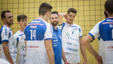 Liam Sketcher (Mitte), der Trainer-Gentleman bei Volley Luzern. (Manuela Jans-Koch | Lz)