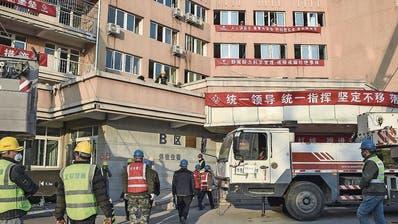 Arbeiter bauen am Stadtrand von Peking das Quarantänespital Xiaotangshan auf. (Bild: Keystone)