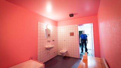 So sieht eine pinke Zelle im St.Galler Untersuchungsgefängnis aus – sie soll beruhigend wirken. (Bild: Ralph Ribi)