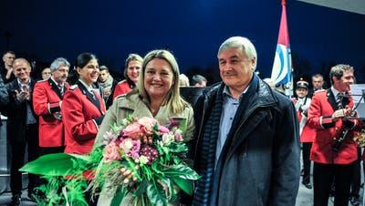 Die frisch gewählte Nadja Stricker erhält Blumen von ihrem Vorgänger, Gemeindepräsident Guido Grütter. (Bild: Olaf Kühne)