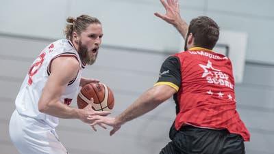 Swiss Central Basketball mitMichael Plüss (links) erwischt einen ganz schlechten Tag. (Pius Amrein  (lz) / Luzerner Zeitung)