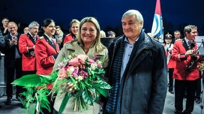 Die frisch gewählte Nadja Stricker erhält Blumen von ihrem Vorgänger, Gemeindepräsident Guido Grütter. ((Bild: Olaf Kühne))