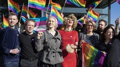 Das Komitee für «Ja zum Schutz vor Hass» jubelt über den Sieg. (Bild: Peter Schneider / Keystone)