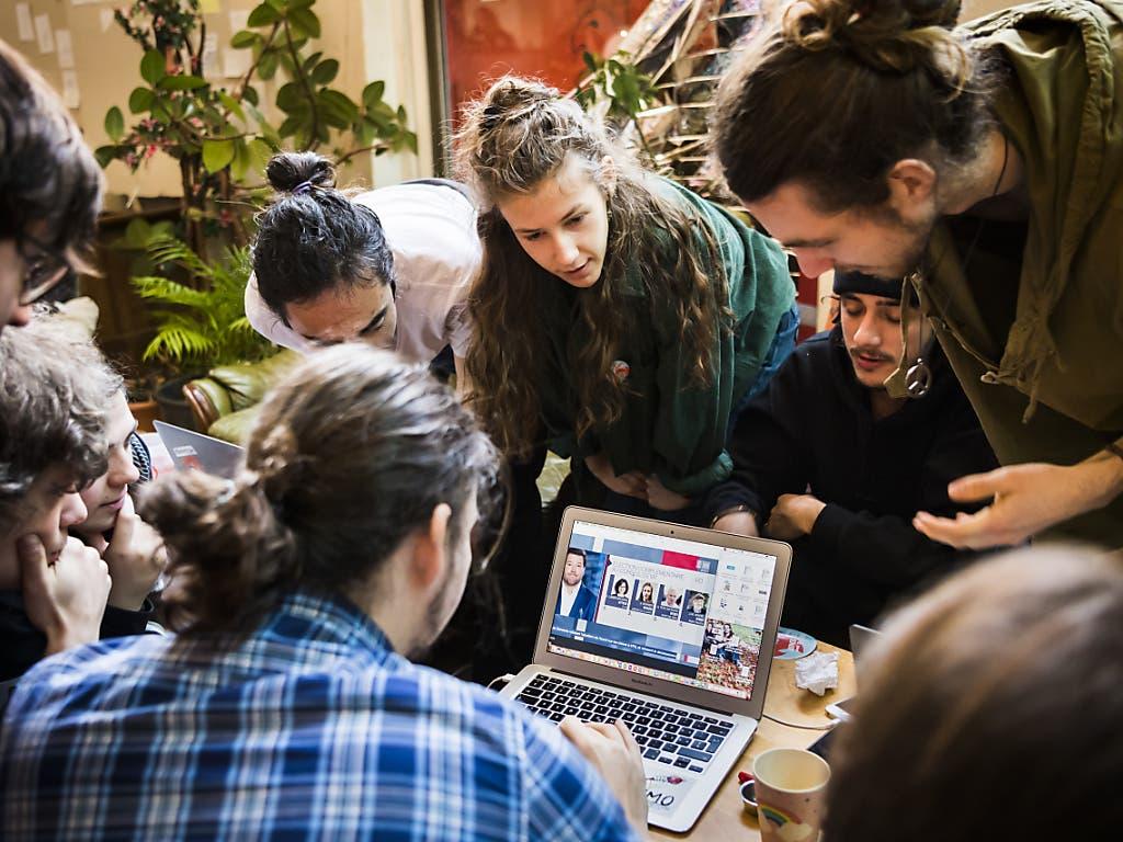 Die Aktivisten der Klimastreikbewegung mit ihrer Kandidatin, Juliette Vernier (Bildmitte), verfolgen am Sonntag gemeinsam die Auszählung der Resultate bei der Ersatzwahl in die Waadtländer Kantonsregierung.