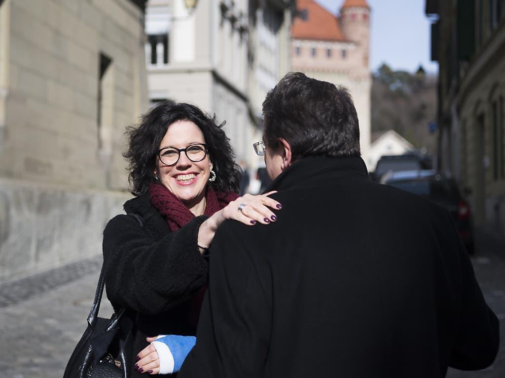 Die neue Waadtländer FDP-Staatsrätin Christelle Luisier (links) mit dem bisherigen FDP-Staatsrat Pascal Broulis am Sonntag vor dem Regierungssitz in Lausanne.