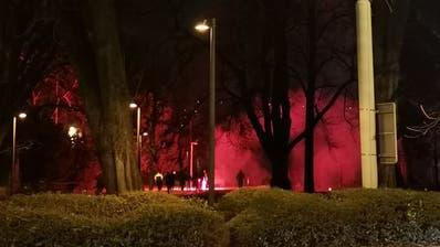 Rot erleuchtet: Der Kantiparkwährend der Pyroaktion. (Leserbild)