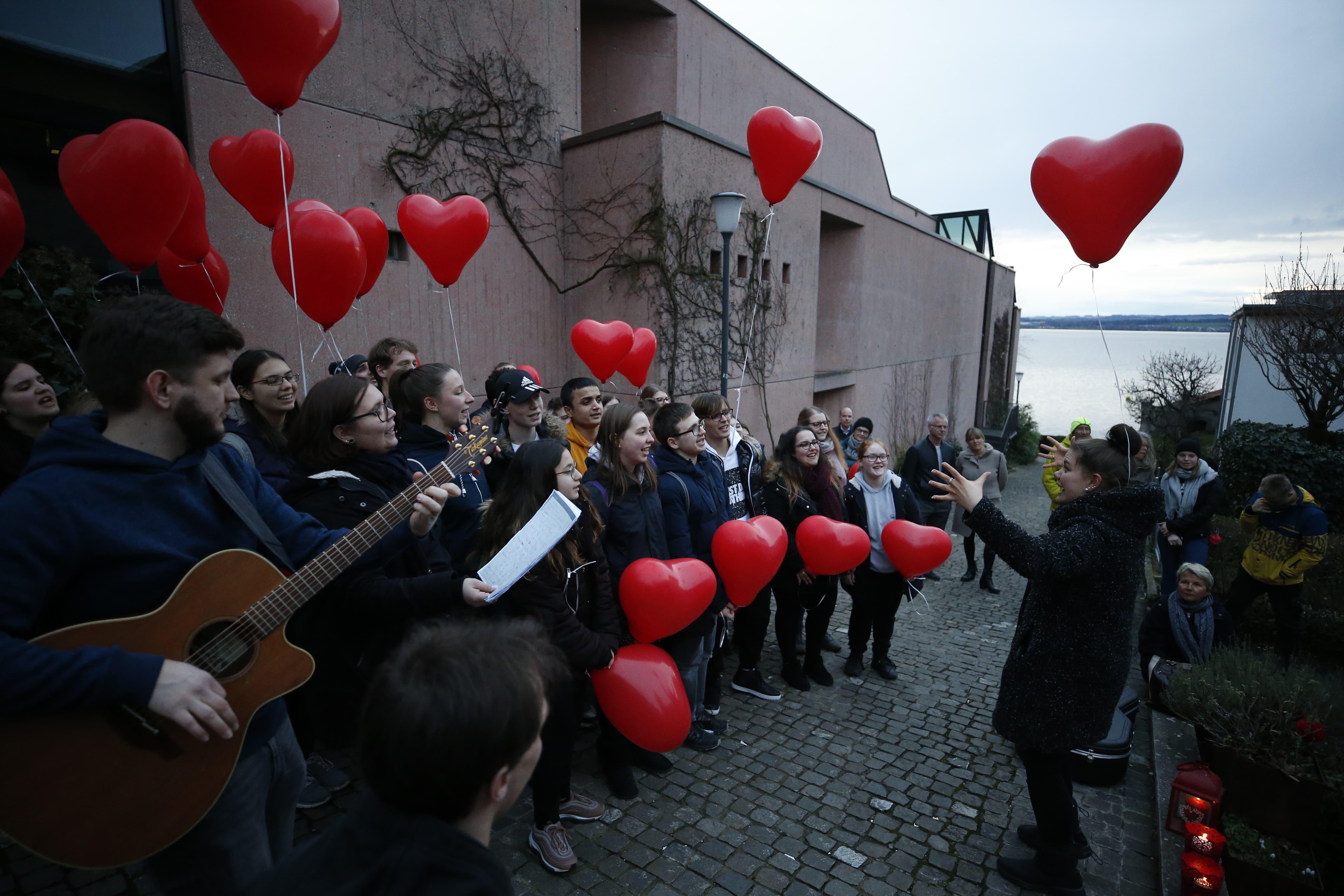 Dieser Chor beim Theater Casino Zug verdeutlicht mithilfe von Ballons, worum es beim Chrööpfelimee geht.