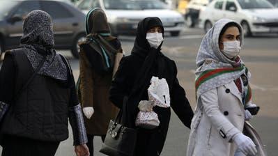 Gesichtsmasken in Teheran: Die Menschen wappnen sich gegen das Virus, die Regierung spielt die Zahl der Infizierten wohl herunter. (AP Photo/Vahid Salemi) (Vahid Salemi / AP)