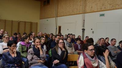 Dutzende Schulbürgerinnen und Schulbürger informieren sich in der Turnhalle Hörhausen aus erster Hand. ((Bild: Margrith Pfister-Kübler))