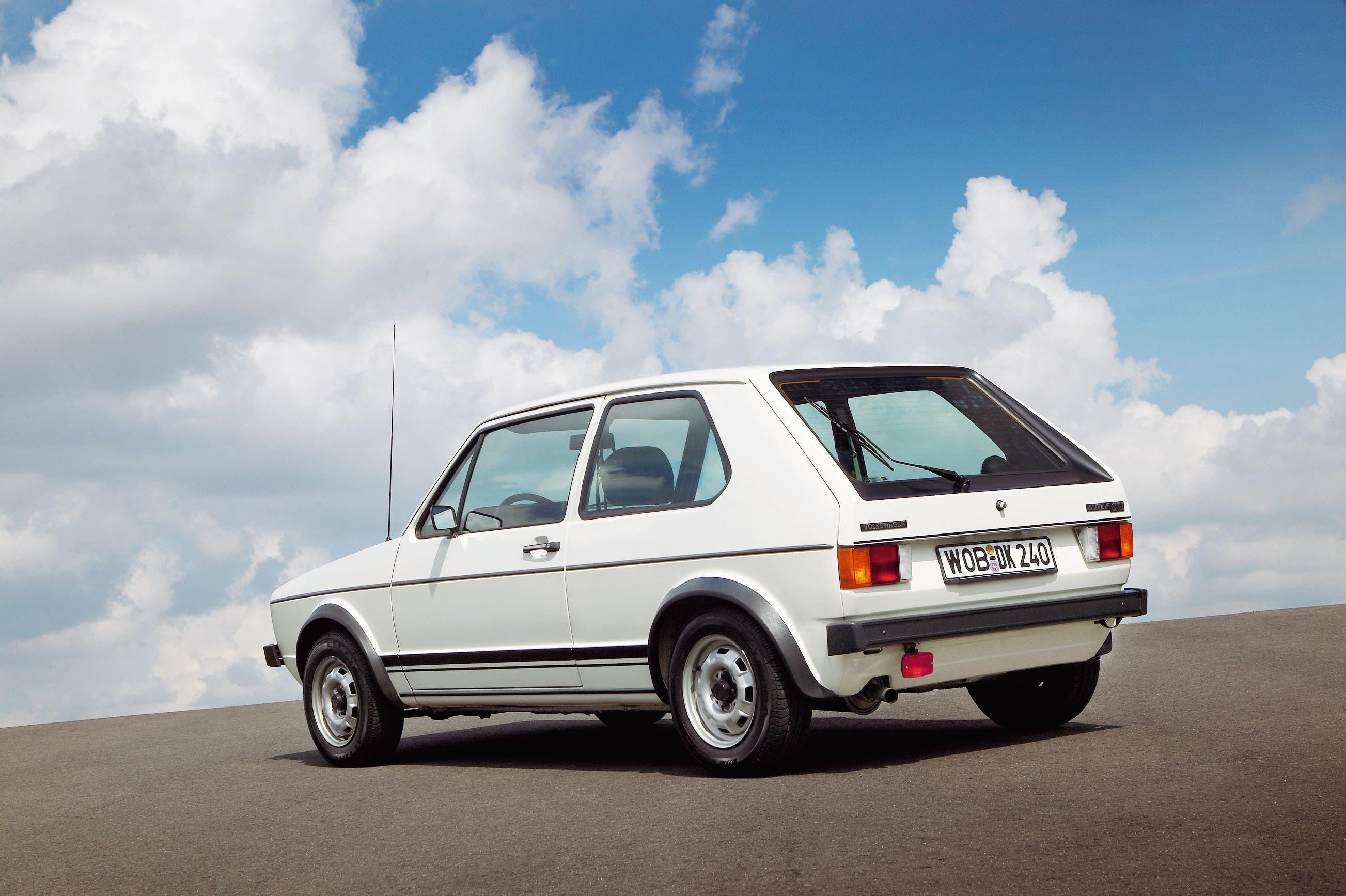 Der erste GTI überzeugte durch gutes Leistungsgewicht und Alltagstauglichkeit. Hohe Verkaufszahlen liessen ihn zu einem festen Bestandteil des Golf-Portfolios werden.