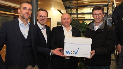 Iwan Deplazes, Cornel Betschart und Markus Brand (von links) übergaben am Dienstag Gemeindepräsident Bruno Gamma 1750 Unterschriften. (Bild: Florian Arnold)