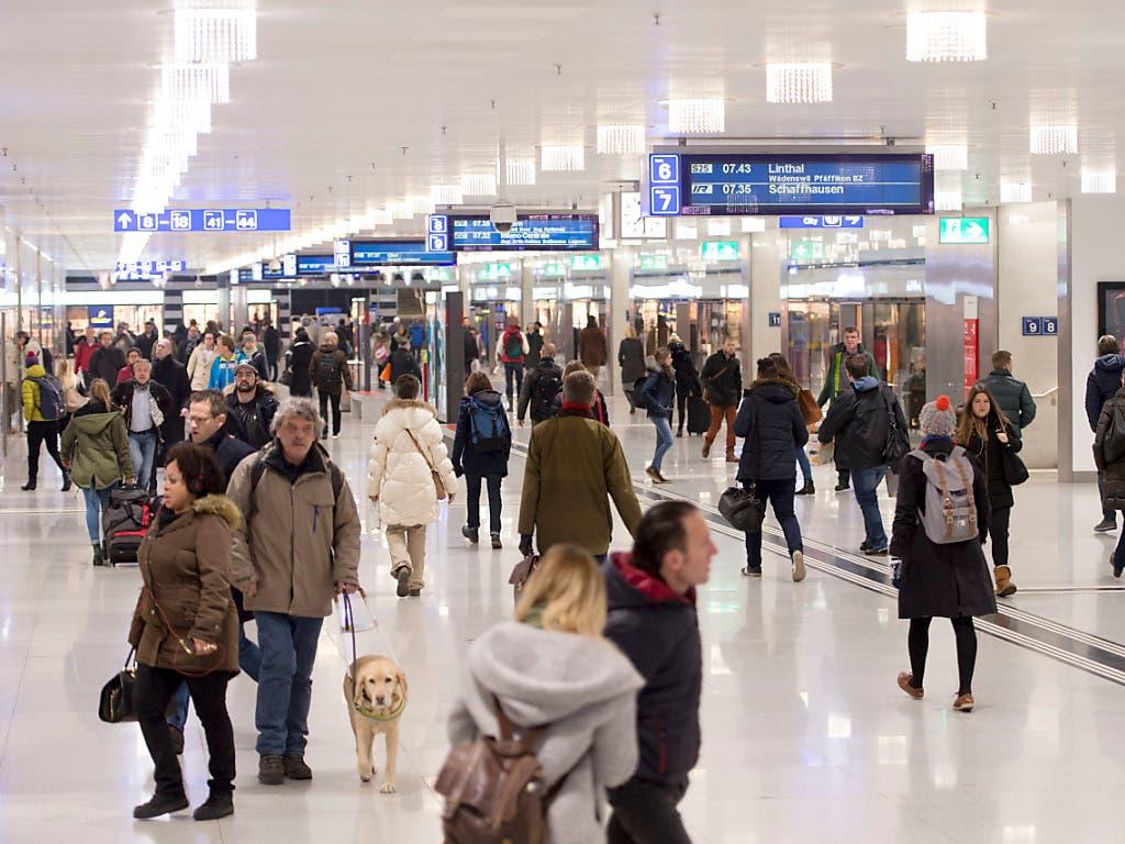 Passagiere und Pendler im Hauptbahnhof Zürich: rund 40 Prozent der Schweizer Bevölkerung besitzt ein GA oder Halbtax.