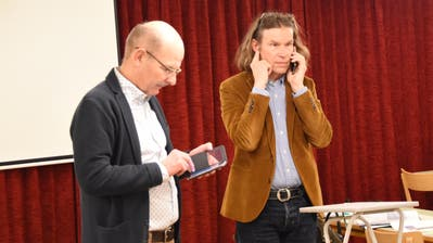 Der Hemberger Gemeindepräsident Christian Gertsch (zweiter von links) gibt die Absage der Bürger-Vorversammlung bekannt. Ratsschreiber Cornel Schmid (links) ist sich des Ernstes der Sache bewusst. (Bild: Urs M. Hemm)