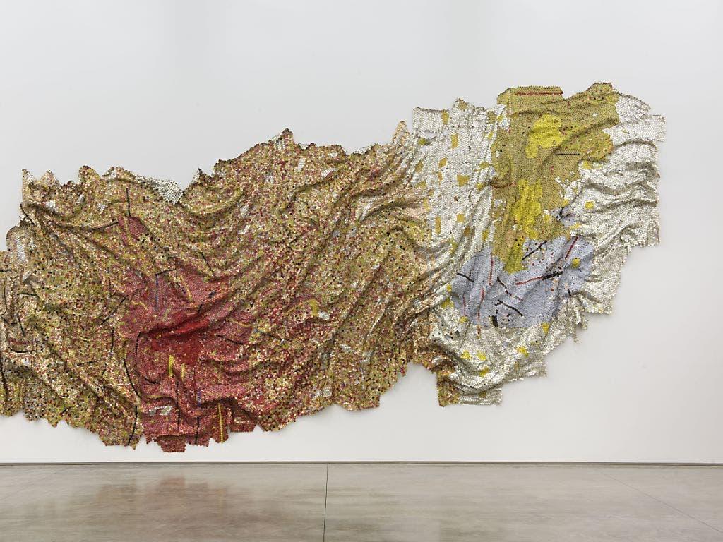 Schwerkraft und Anmut: das 2010 von El Anatsui geschaffene Werk ist im Kunstmuseum Bern zu sehen.