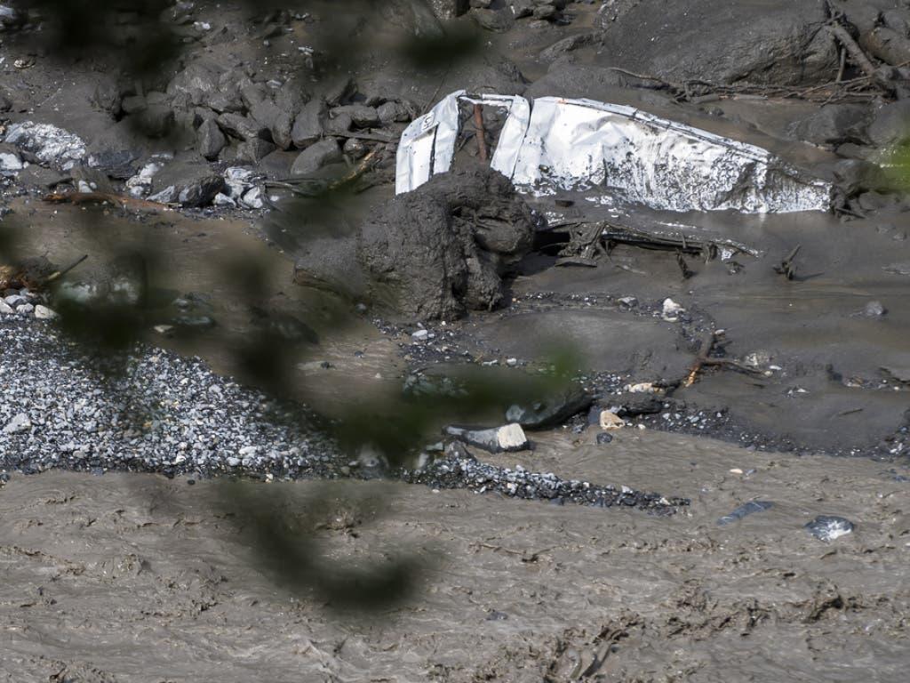 Wrack eines Fahrzeugs im Fluss Losentse bei Chamoson.