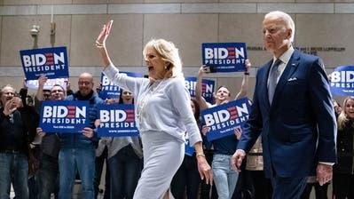 Das bestens gelaunte Ehepaar Joe und Jill Biden in Philadelphia. (AP Photo/Matt Rourke)