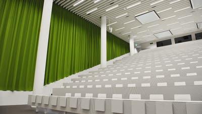 Ein leerer Hörsaal der Universität Luzern beim Bahnhof. (Bild: Corinne Glanzmann, Luzern, 29. Juli 2011)