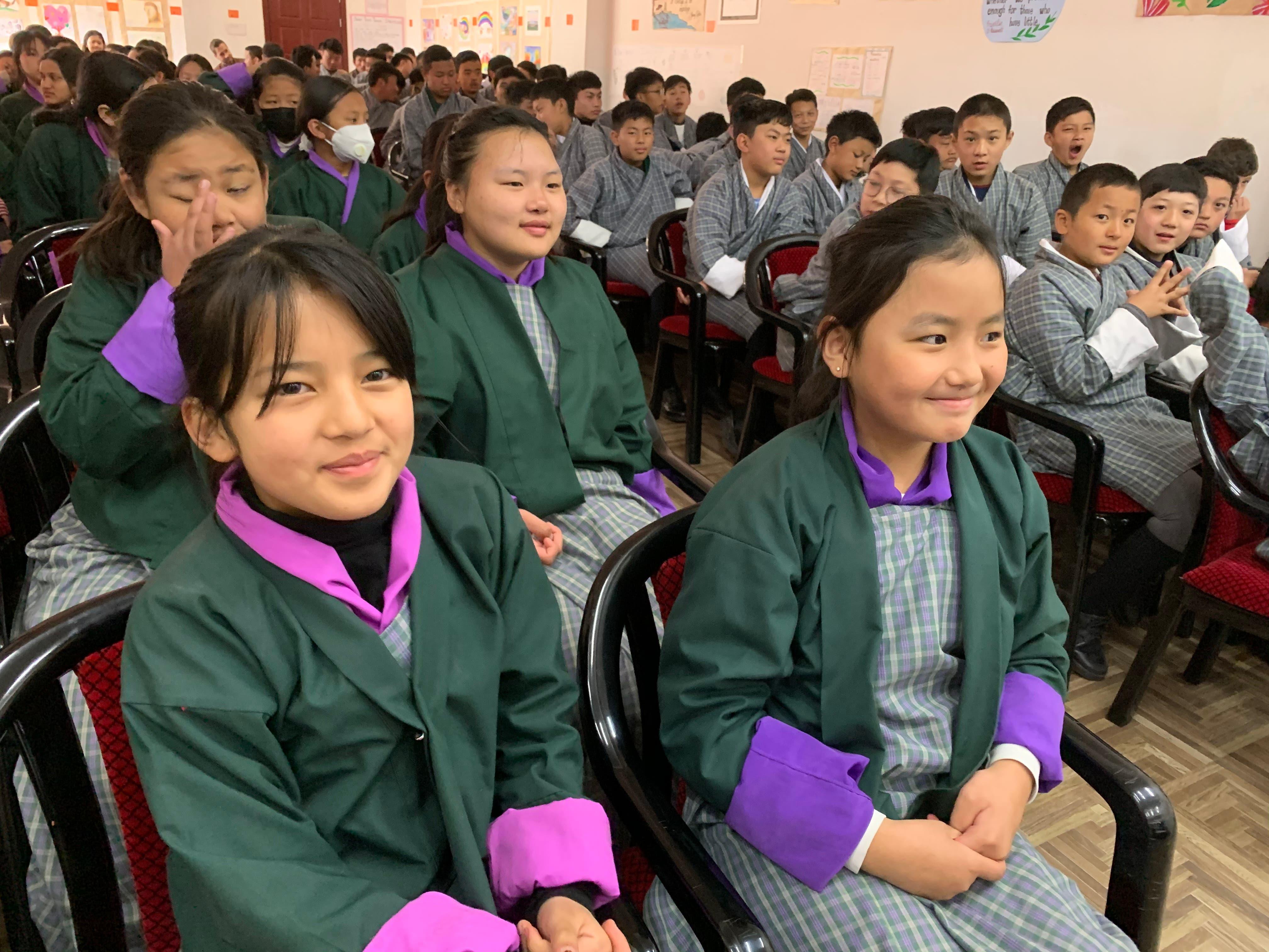Die bhutanischen Schüler bei der Begrüssung der Alpenquai-Schüler.