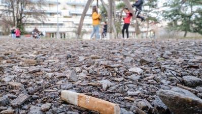 Zigarettenstummel auf einem Kinderspielplatz. (Kenneth Nars / BLZ)