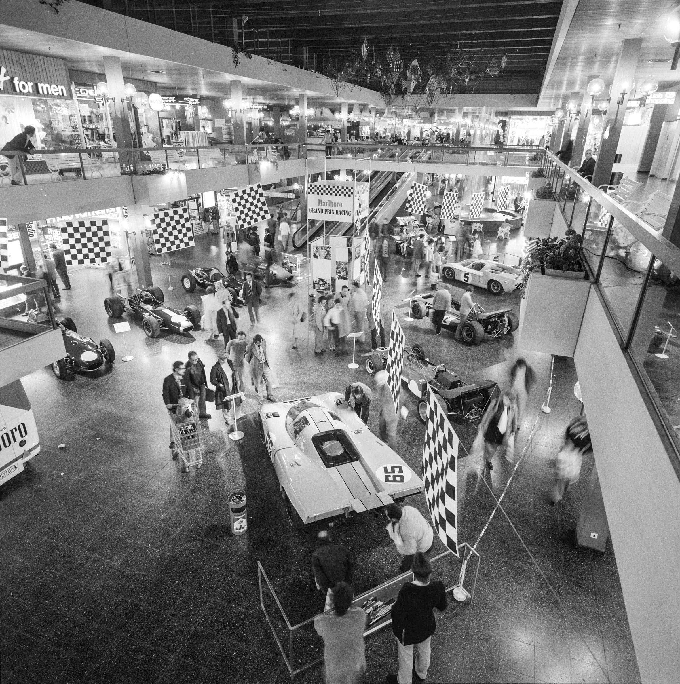 Die Mall des Shoppi mit einer Rennauto-Ausstellung 1971.