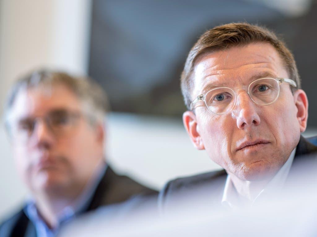 Otmar Hofer, Verwaltungsratspräsident von Provins (rechts) und Fenaco-Geschäftsleitungsmitglied Christian Consoni (links) vor den Medien in Sitten.