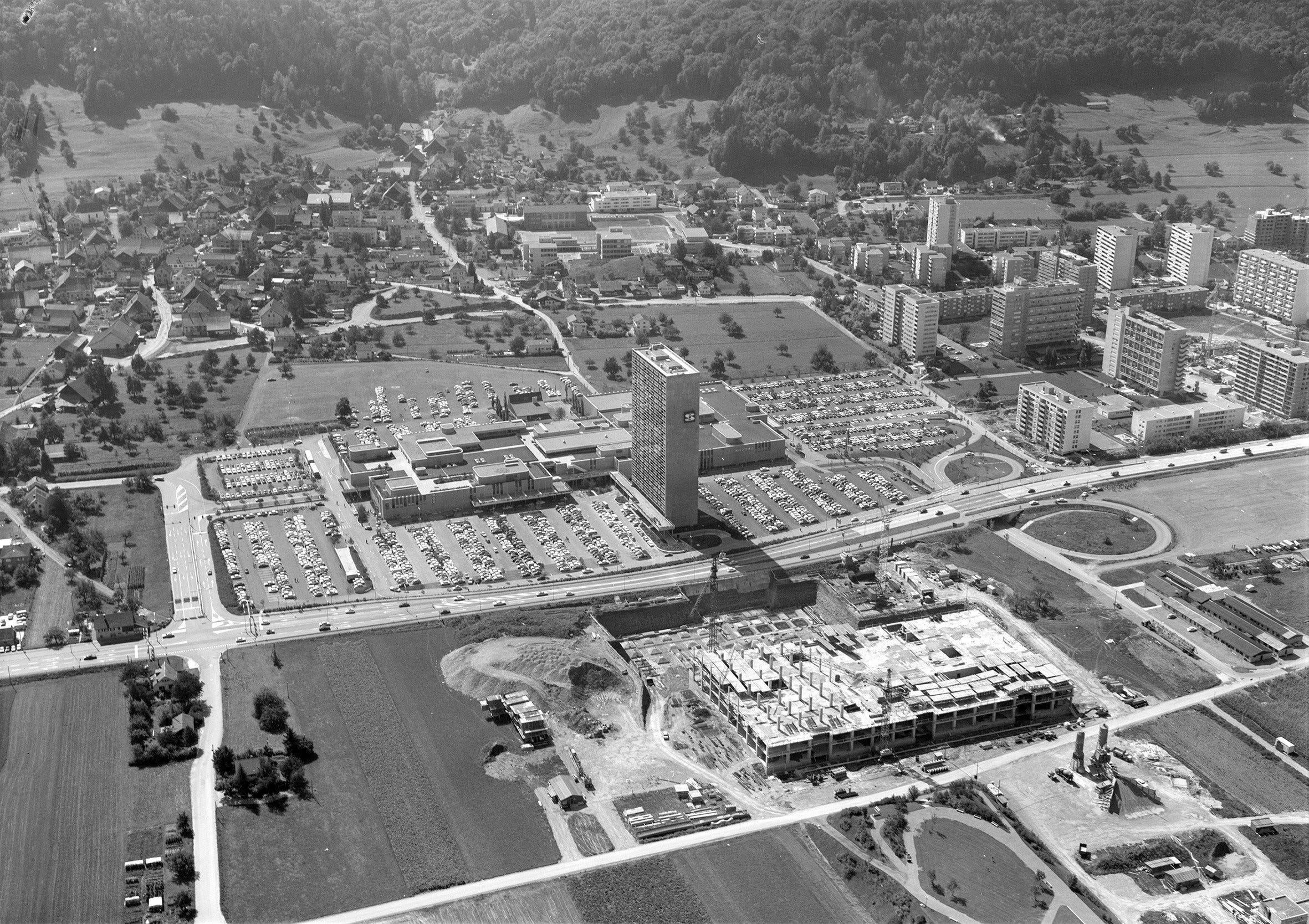 Flugaufnahme von Spreitenbach 1972 mit dem Shoppi im Vordergrund. Links der alte Dorfkern, rechts Neu-Spreitenbach.