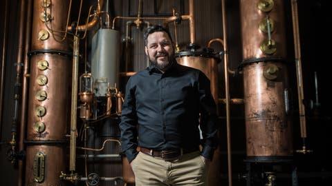 MoMö-Geschäftsführer Paolo Spagnolovor einer Kolonnen-Brennerei, die benutzt wird, um hochprozentige Destillate herzustellen. ((Bild: Reto Martin))