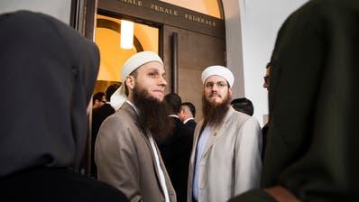 Doch schuldig? Nicolas Blancho, Präsident des Islamischen Zentralrats Schweiz und sein Medienverantwortlicher Qaasim Illi beim Prozess vor dem Bundesstrafgericht. (Alessandro Crinari / KEYSTONE/TI-PRESS, 16. Mai 2018, Bellinzona)