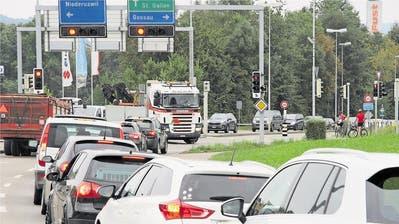 An der Augarten-Kreuzung in Uzwil staut es täglich. (Archivbild: Ralph Ribi)