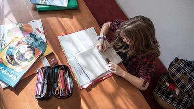 Arbeiten für die Schule werden bis am 4. April am Küchentisch statt im Klassenzimmer erledigt. (Bild: Pius Amrein)
