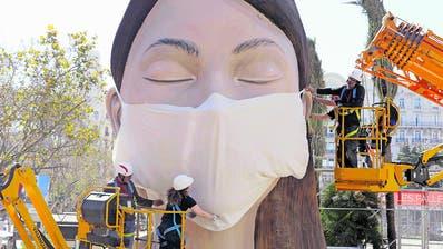 Figur mit Maske: Am Fallas Festival gilt auch für Statuen besondere Vorsicht. (Bild: AP/Keystone (Valencia, 13. März 2020))