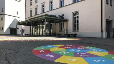 Gespenstische Ruhe statt fröhlich lachendeKinder: Die Schule bleibt geschlossen. Im Bild das Primarschulhaus Kirchplatz in Wil. (Bild: PD)