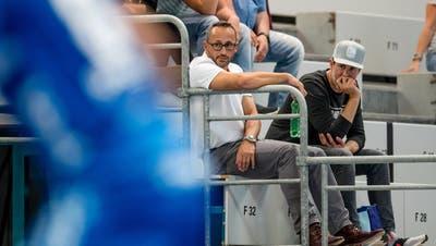 «Das ist natürlich brutal», sagt Nick Christen (weisses Hemd), Geschäftsführer des HC Kriens-Luzern. (Philipp Schmidli)