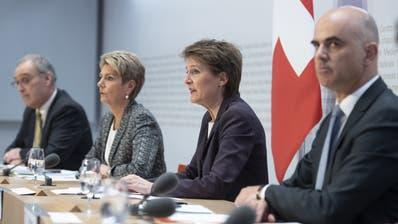 Die Bundesräte Parmelin, Keller-Sutter, Sommaruga und Berset am Freitag vor den Medien in Bern. (Alessandro Della Valle / KEYSTONE)