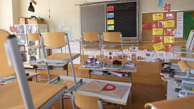 """An empty class room of the school """"College de la Barre"""" is seen in Lausanne, Switzerland, Friday, March 13, 2020. Schools in Switzerland are suspended for 6 weeks to fight the Covid-19 Coronavirus pandemic. (KEYSTONE/Jean-Christophe Bott) (Jean-Christophe Bott / KEYSTONE)"""