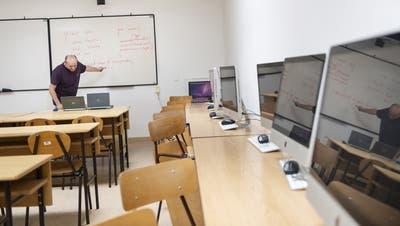 Die Klassenzimmer bleiben voraussichtlich bis Anfang April leer. (Bild: Attila Balazs / EPA)