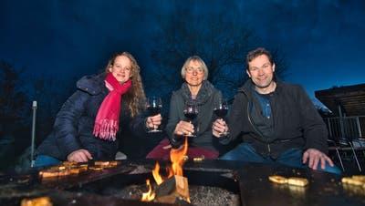 Die Bisherigen Karin Bétrisey und Didi Feuerle feiern den Wahlsieg der Grünen des Bezirks Arbon im Garten von Sandra Reinhart (Bildmitte). Die Amriswiler Stadträtin holt einen dritten Sitz. ((Bild: Manuel Nagel))