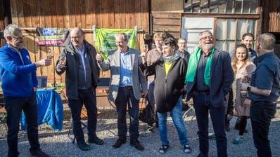 Anstossen auf den Wahlsieg: Exponenten der Grünen Partei um Präsident Kurt Egger. ((Bild: Reto Martin))