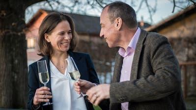 Ein Prost auf den Wahlerfolg: Denise Neuweiler stösst mit ihrem Mann Christian Neuweiler an. ((Bild: Reto Martin))