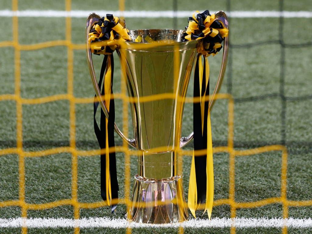 Der Meisterpokal, derzeit gelbschwarz geschmückt. Kann er in diesem Frühling noch ausgehändigt werden?