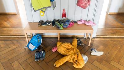 Garderobe mit Kinderkleidern: Eine der Kitas in St.Gallen bittet die Elern, den Aufenthalt in der Kindertagesstätte beim Bringen und Holen kurz zu halten. (Bild: Hanspeter Schiess)