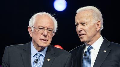 Die beiden demokratischen Präsidentschaftskandidaten Joe Biden und Bernie Sanders streiten sich weiter – allerdings ohne Publikum. (Bild: Keystone)