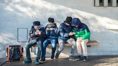 So nah wie diese Buben auf dem Pausenplatz des Schulhauses Kurzdorf dürfen sich die Kinder nicht mehr kommen. ((Bild: Reto Martin))